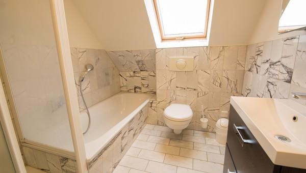 Badezimmer; Küche; Aussenansicht; Wohnbereich ...